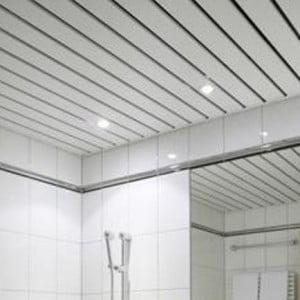 Открытый реечный потолок в ванной
