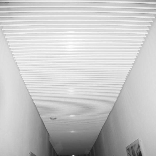 Пластинообразный реечный потолок Албес